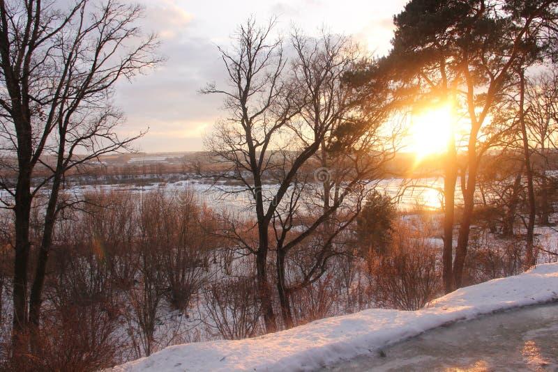 Coucher du soleil au-dessus du fleuve image libre de droits