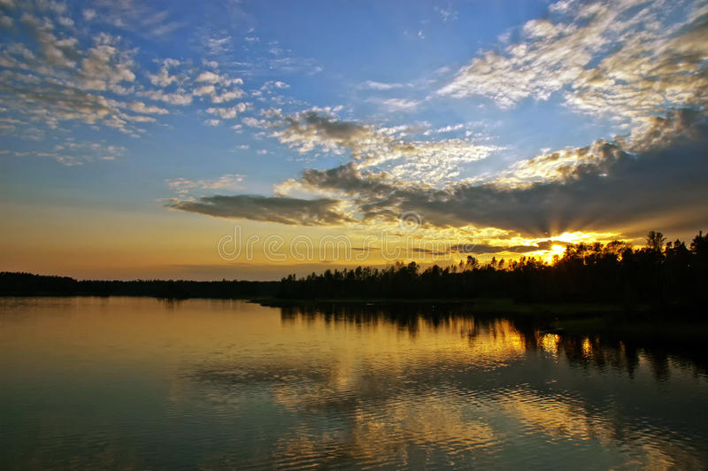 Coucher du soleil au-dessus du lac photo stock