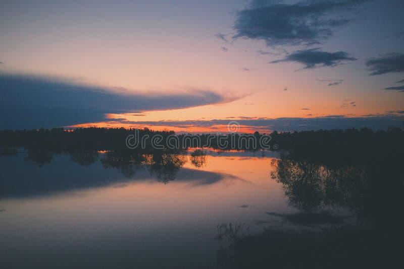 Download Coucher Du Soleil Au-dessus Du Lac Image éditorial - Image du inexpérimenté, campagne: 56479885