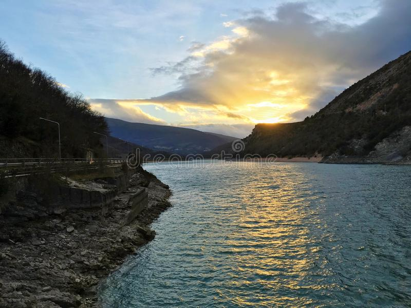 Coucher du soleil au-dessus du lac image stock