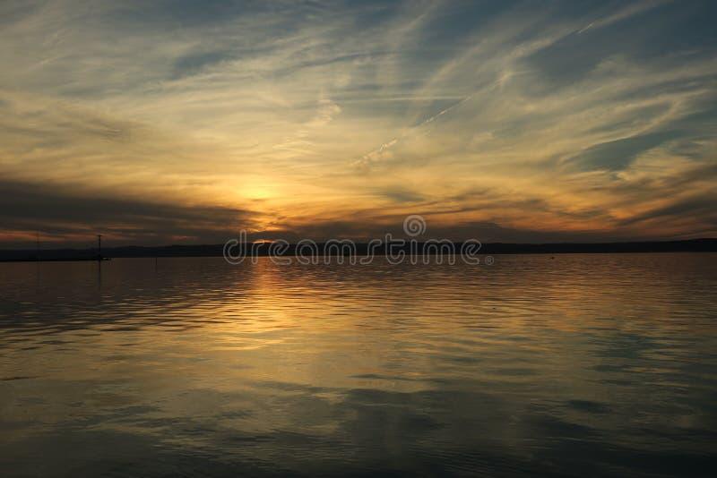 Coucher du soleil au-dessus du lac de balaton photos libres de droits