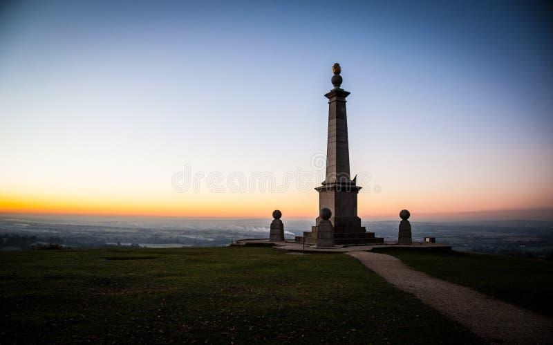 Coucher du soleil au-dessus du mémorial de colline de Coombe dans les collines de Chiltern image stock