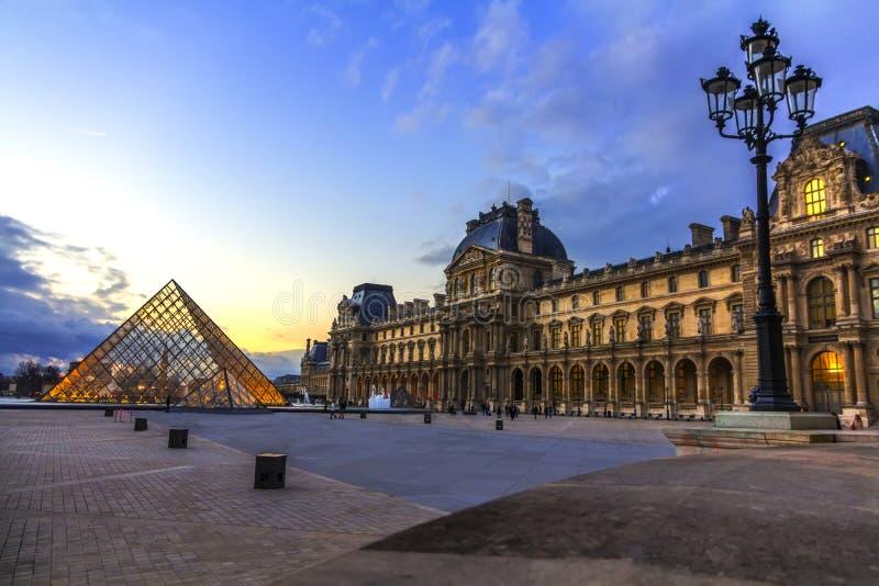 Coucher du soleil au-dessus du musée Paris de Louvre photographie stock libre de droits