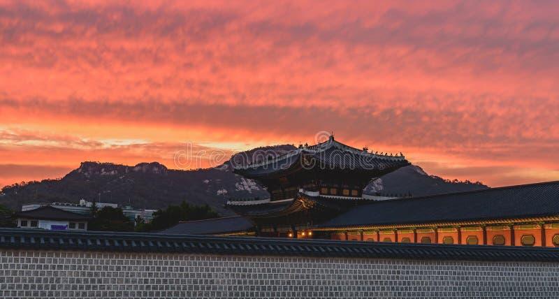 Coucher du soleil au-dessus du palais de Gyeongbokgung photographie stock