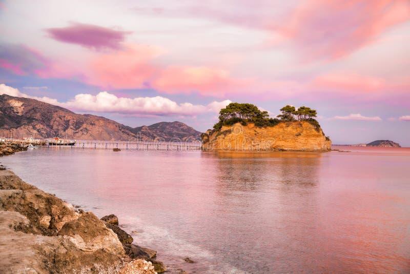 Coucher du soleil au-dessus du pont vers l'île d'Agios Sostis sur Zakynthos en Grèce photographie stock libre de droits