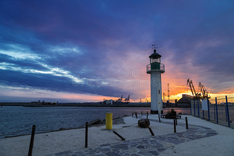 Coucher du soleil au-dessus du port de Burgas images libres de droits