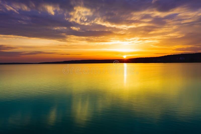 Coucher du soleil au-dessus du fleuve Horizontal étonnant photo stock