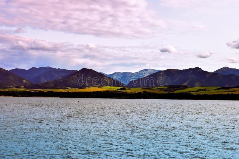 Coucher du soleil au-dessus du lac de montagne photographie stock libre de droits