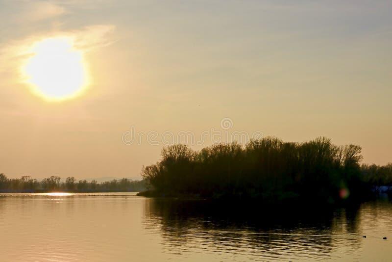 Coucher du soleil au-dessus du lac Lac en hiver photo stock