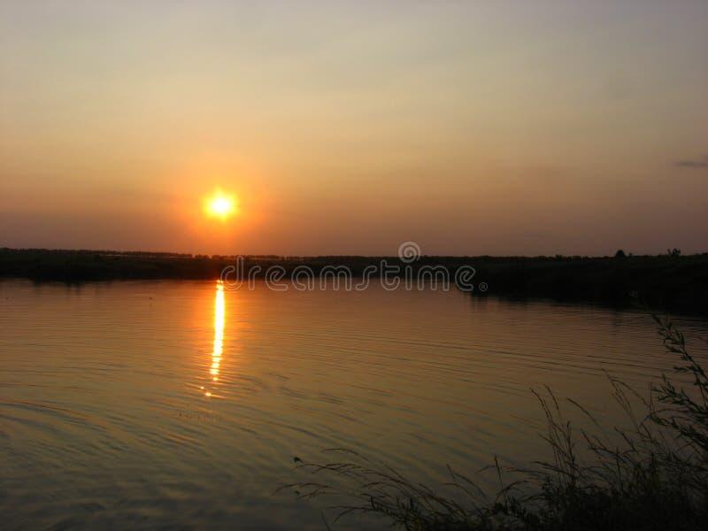 Coucher du soleil au-dessus du lac images libres de droits