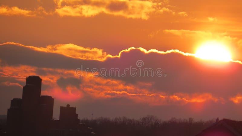 """Coucher du soleil au-dessus du musée """"21 Oktobar """" photographie stock"""