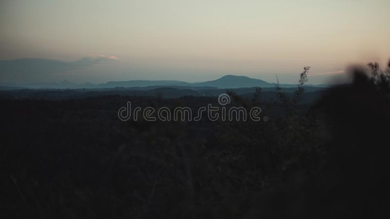 Coucher du soleil au-dessus du paysage du ceskolipsko images libres de droits