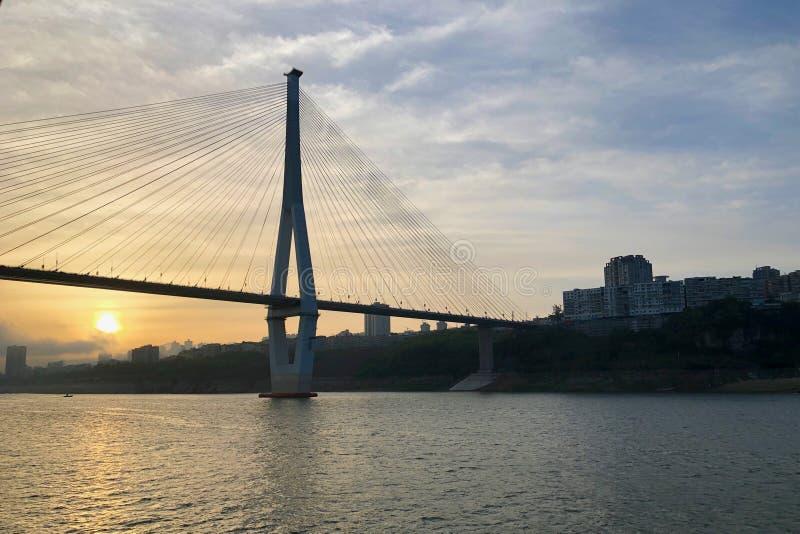 Coucher du soleil au-dessus du pont au-dessus du fleuve Yangtze à Chongqing, Chine photographie stock libre de droits