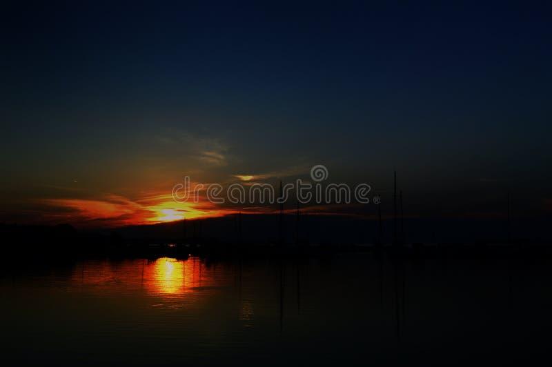 Coucher du soleil au-dessus du port de Bibinje photos stock