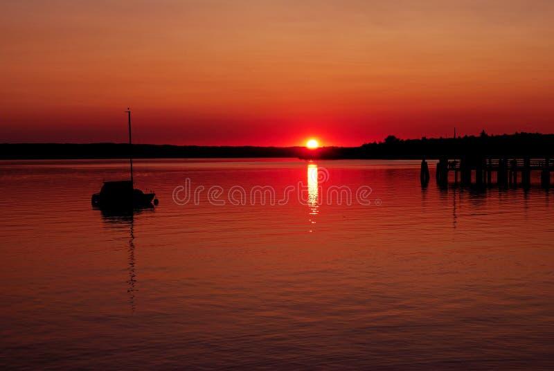 Coucher du soleil au lac photos libres de droits