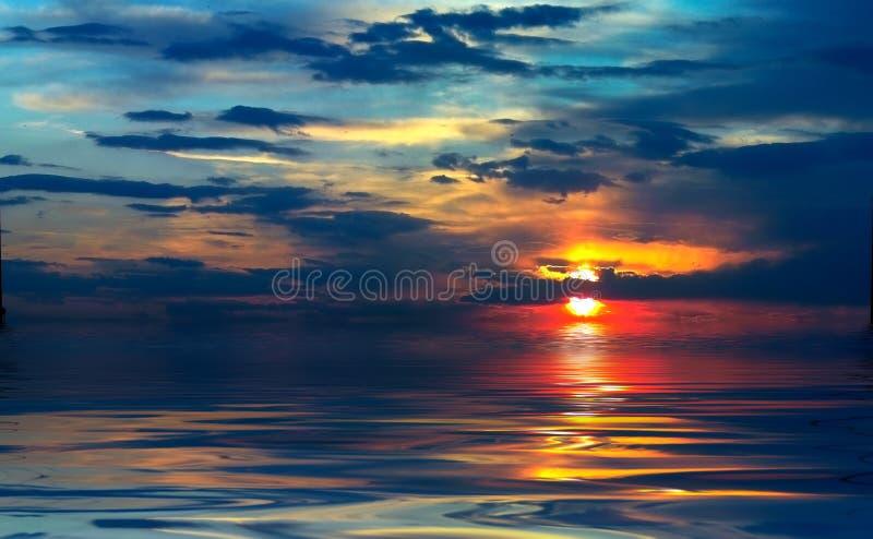 Download Coucher du soleil au lac image stock. Image du paysage - 2126009