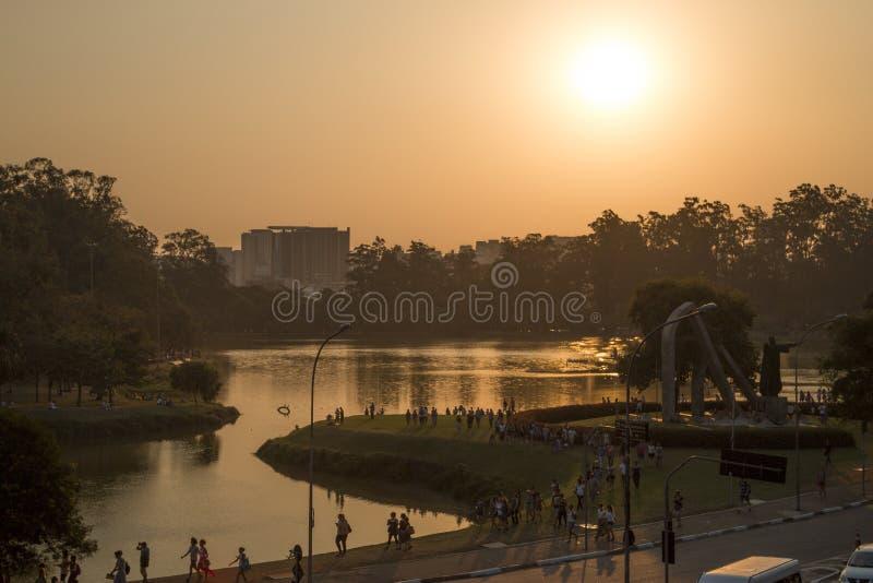 Coucher du soleil au lac photos stock