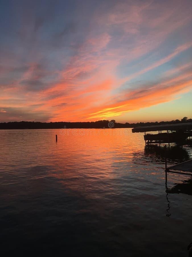 Coucher du soleil au lac photo stock