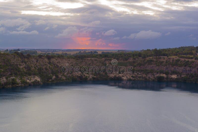 Coucher du soleil au lac bleu, bâti Gambier, Australie du sud photographie stock
