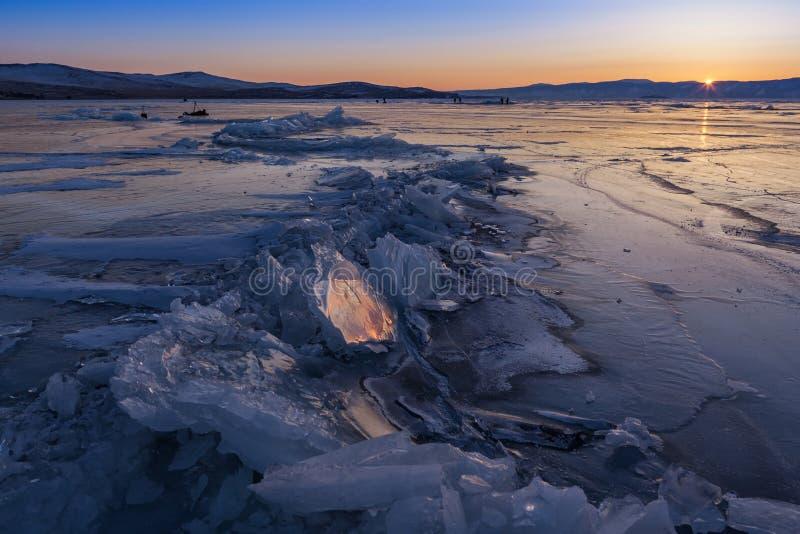 Coucher du soleil au lac congelé Baikal, Russie photographie stock