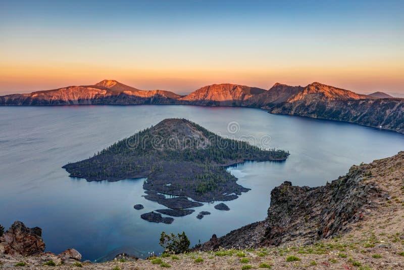 Coucher du soleil au lac crater photos libres de droits