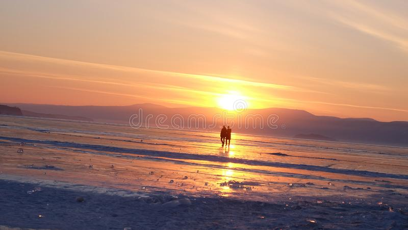 Coucher du soleil au lac de baikal, Russie photo stock