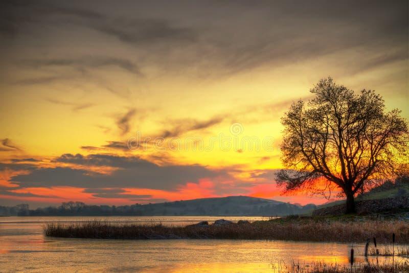Coucher du soleil au lac en Irlande images stock