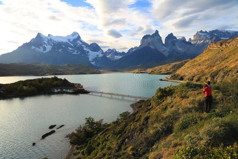 Coucher du soleil au lac Pehoe, Torres Del Paine, Patagonia, Chili photos stock
