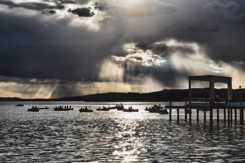 Coucher du soleil au lac Trasimeno, Ombrie, image stock