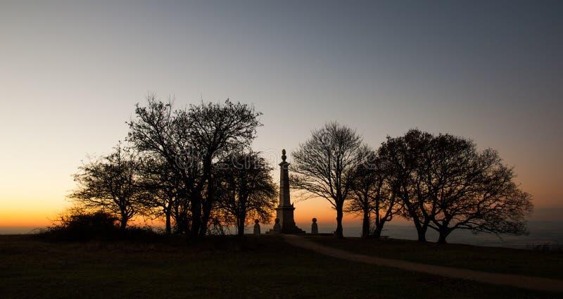 Coucher du soleil au mémorial de colline de Coombe dans les collines de Chiltern photographie stock
