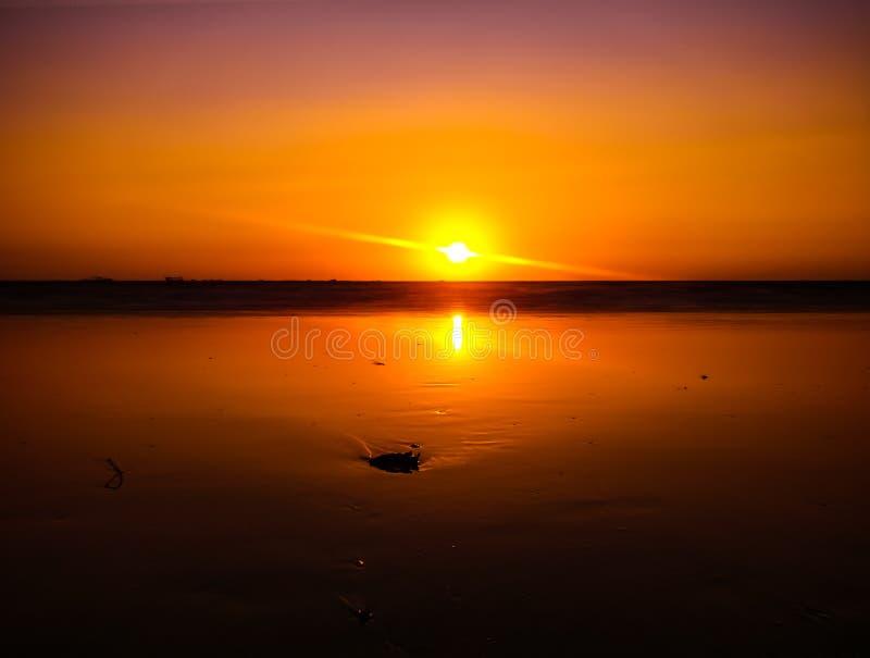 Coucher du soleil au maharashtra de Konkan de plage de tarkarli image libre de droits