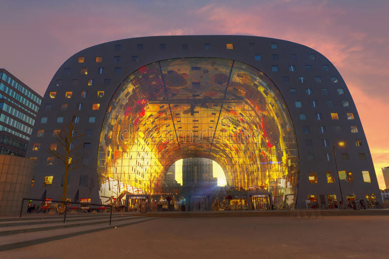 Coucher du soleil au marché Hall de Rotterdam image libre de droits