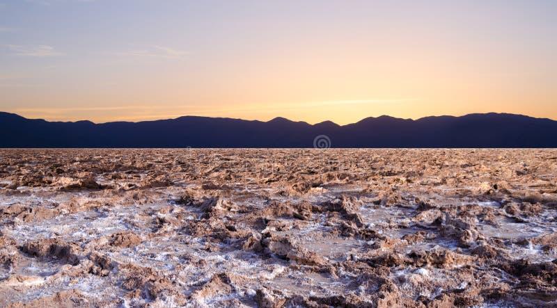 Coucher du soleil au mauvais point d'eau dans Death Valley photos stock