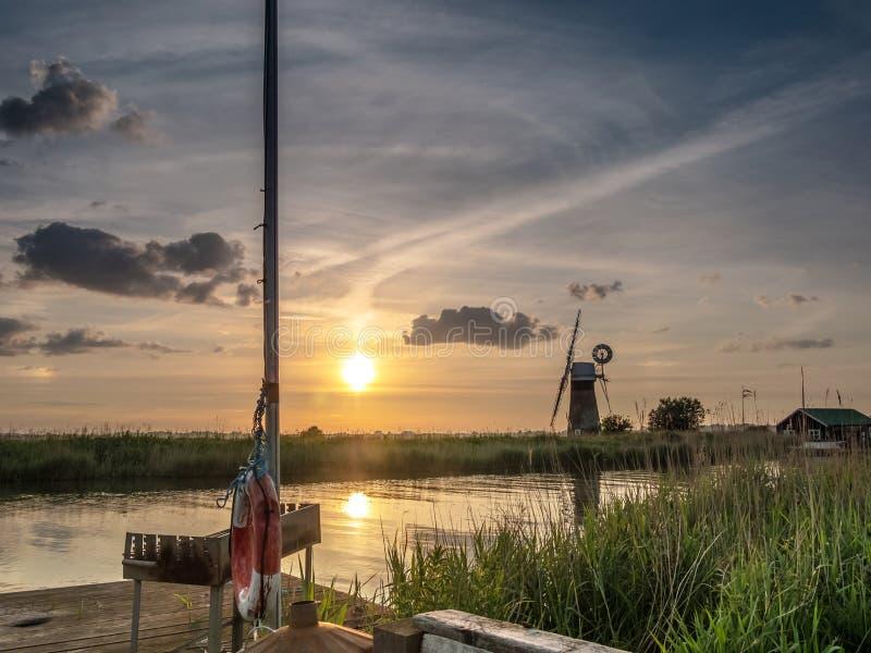 Coucher du soleil au moulin de drainage de niveau S de ` de St Benet image libre de droits