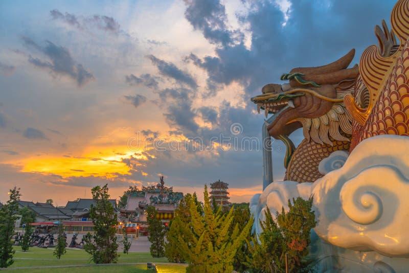 Coucher du soleil au mus?e de descendants de dragon dans Suphanburi photographie stock libre de droits