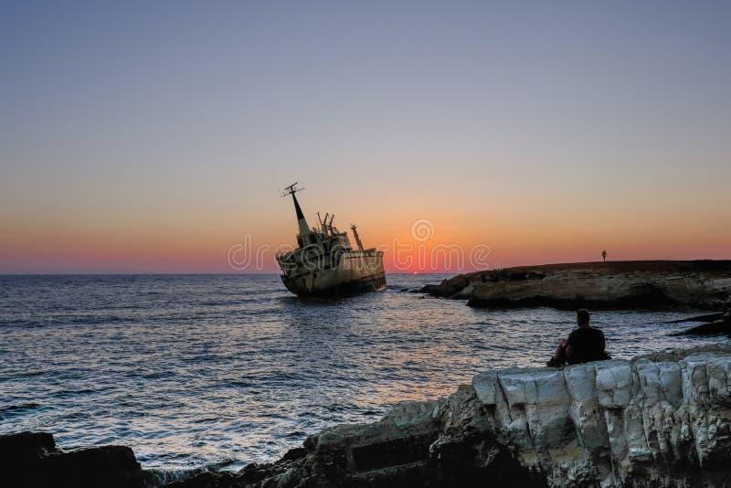 Coucher du soleil au naufrage dans Pafos, Chypre photos stock