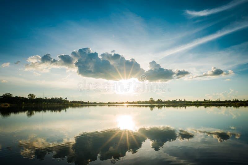 Coucher du soleil au paysage de lac photos libres de droits