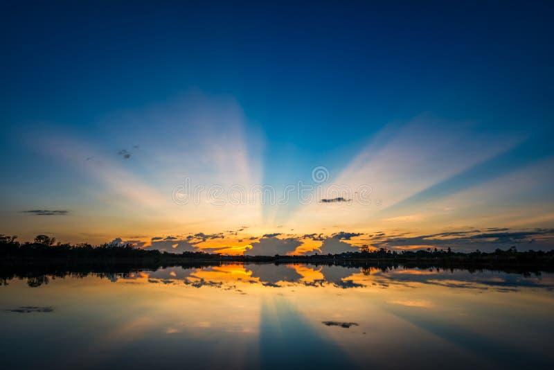 Coucher du soleil au paysage de lac photographie stock libre de droits