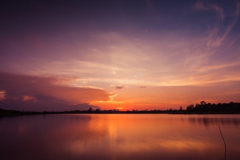 Coucher du soleil au paysage de lac image stock