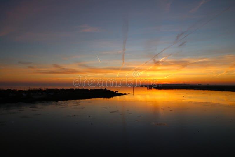Coucher du soleil au petit port si beau photos libres de droits