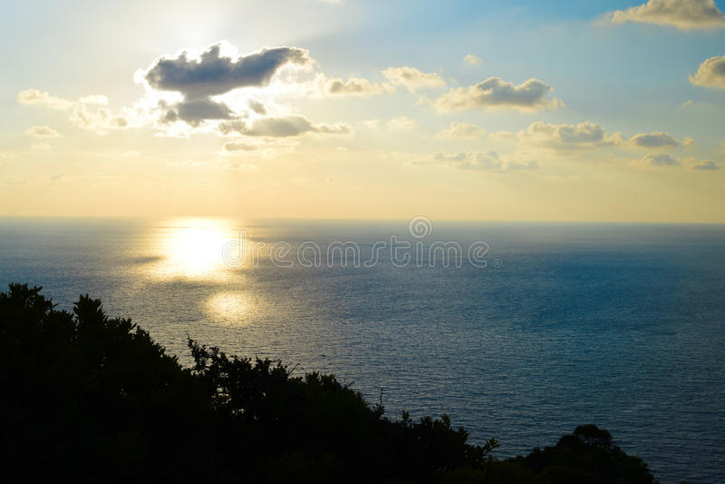 Coucher du soleil au phare de Keri au crépuscule images stock