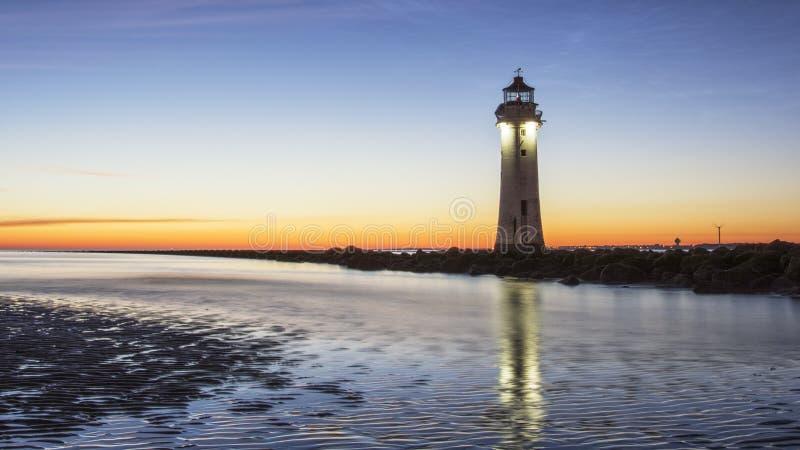 Coucher du soleil au phare nouveau Brighton de roche de perche image libre de droits