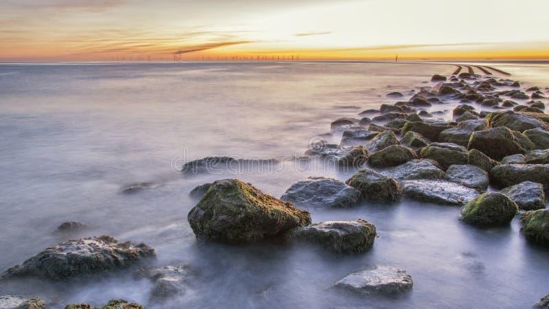 Coucher du soleil au phare nouveau Brighton de roche de perche photographie stock libre de droits