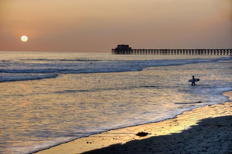 Coucher du soleil au pilier en plage d'Oceanside, la Californie. photos stock