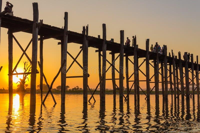 Coucher du soleil au pont de Teakwood d'U Bein, Amarapura dans Myanmar (Burmar images libres de droits