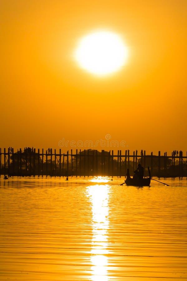 Coucher du soleil au pont de Teakwood d'U Bein, Amarapura dans Myanmar (Burmar images stock