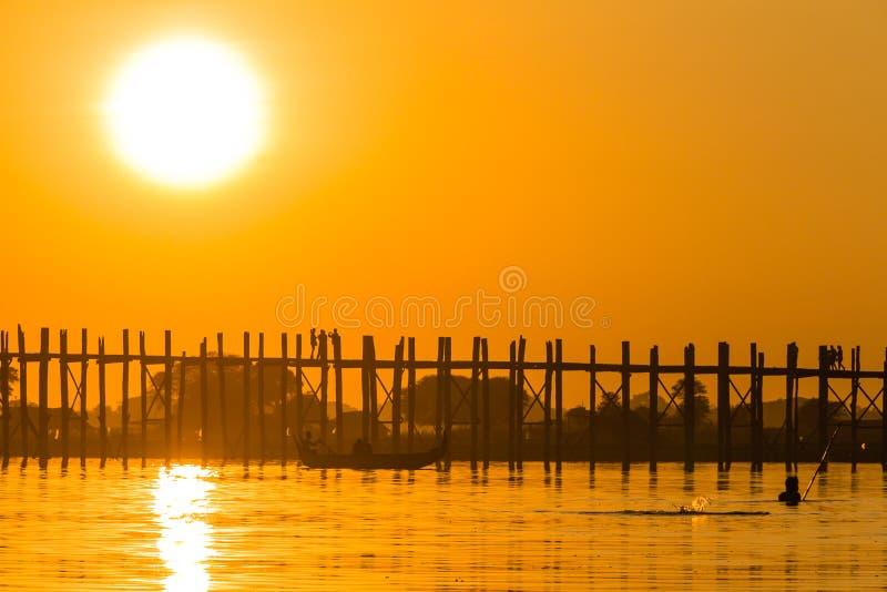 Coucher du soleil au pont de Teakwood d'U Bein, Amarapura dans Myanmar (Burmar image stock