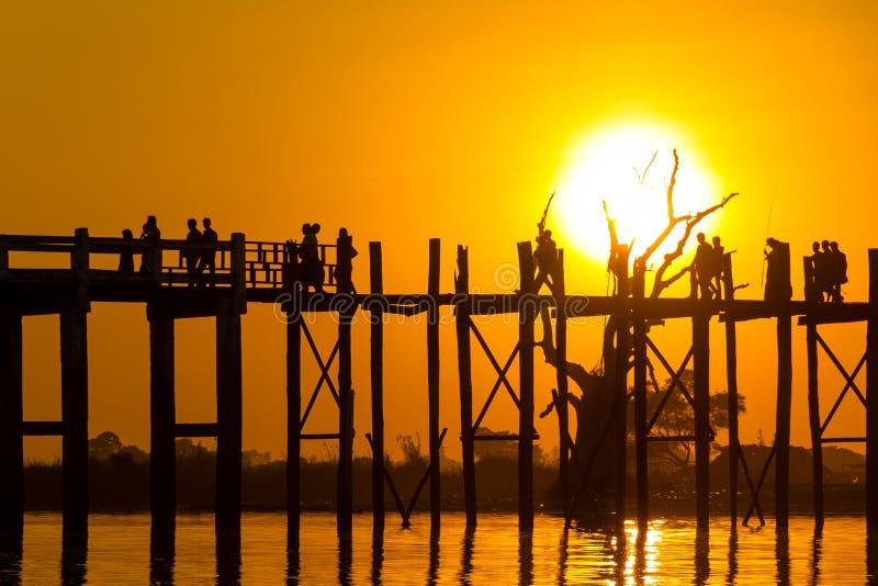 Coucher du soleil au pont de Teakwood d'U Bein, Amarapura dans Myanmar (Burmar photo libre de droits