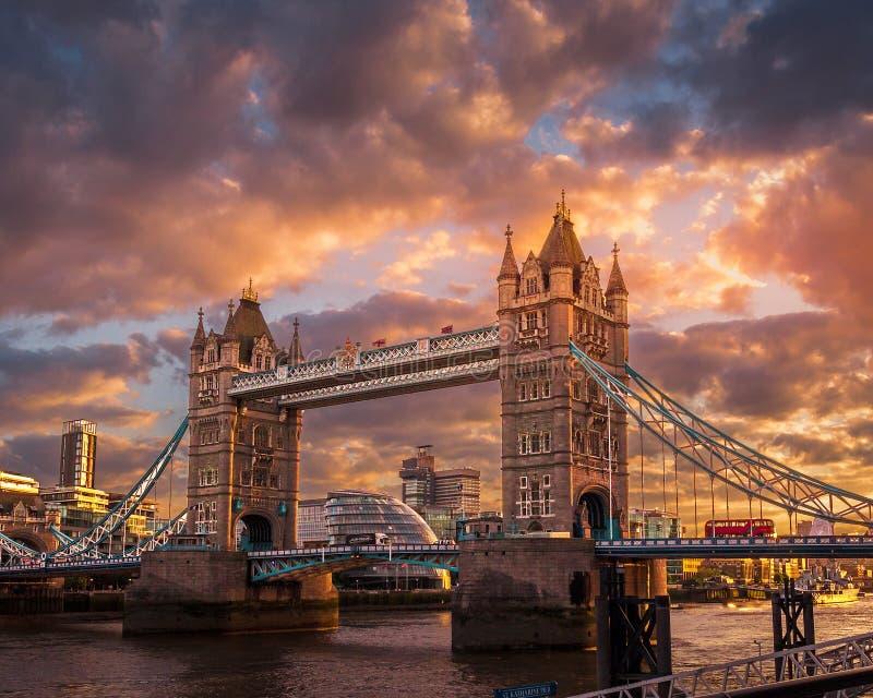 Coucher du soleil au pont de tour images libres de droits