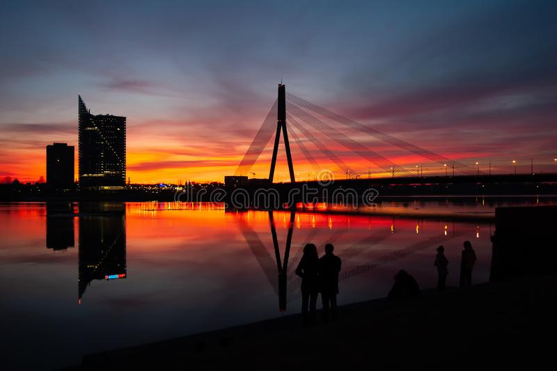 Coucher du soleil au pont sur la rivière de dvina occidentale à Riga photographie stock libre de droits